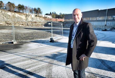 BYGGER NYTT: Tom Eide Knudsen bygger nytt handel- og kontorbygg på Kokstad. (Foto: Torgeir Hågøy)